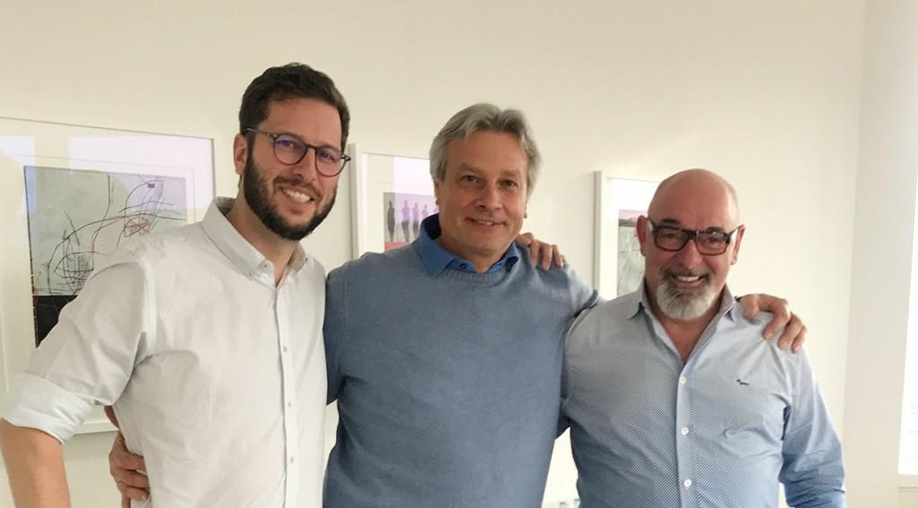 HS-Schoch Geschäftsführer Marcel Schoch (links) und Hermann Schoch (rechts) mit dem bsg Geschäftsführer Thomas Lang (mitte)