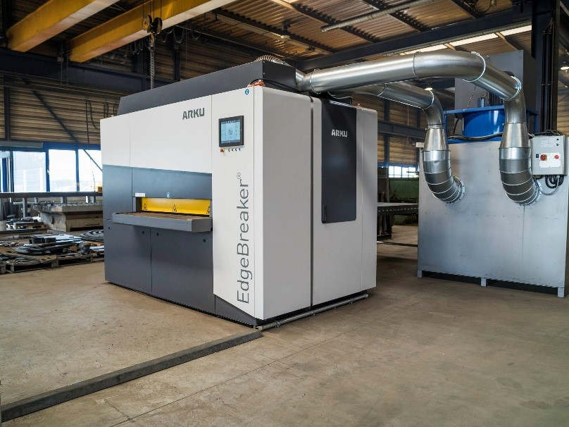 Kompaktes Kraftpaket: EdgeBreaker® und Absaugung wurden optimal in die Acherner Fertigungshalle integriert.