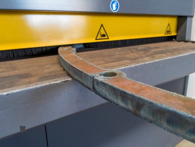 Weg mit den Unebenheiten: Grate entstehen während des Brennschneidens – und lassen sich dank EdgeBreaker® sekundenschnell beseitigen.